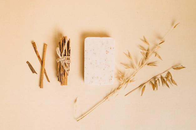 Bovenaanzicht organische zeep bar met decoratieve planten rond