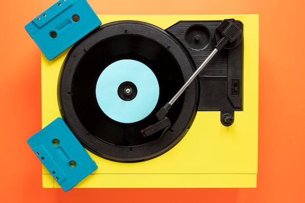 Bovenaanzicht oud vinyl met cassettebandjes