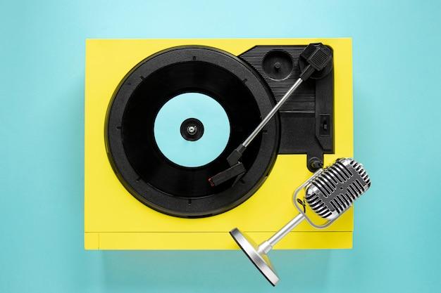 Bovenaanzicht oud vinyl op blauwe achtergrond