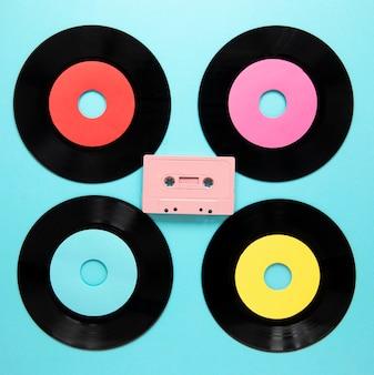 Bovenaanzicht oude vinyl schijven met cassettebandje