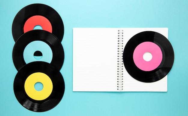 Bovenaanzicht oude vinyl schijven met notebook