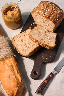 Bovenaanzicht oven gebakken brood op tafel