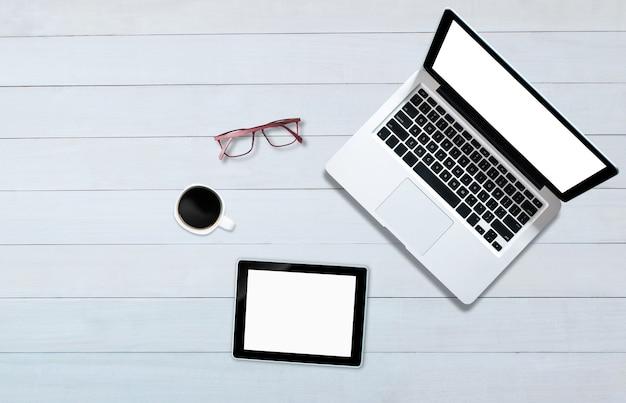 Bovenaanzicht over het notitieboekje van de tabletcomputer met houten vloer in kantoorstijl.