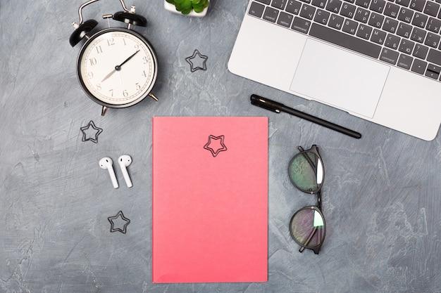 Bovenaanzicht over werkplek met laptop en kantoorbenodigdheden. kopieer ruimte. werkorganisatie, thuiskantoor concept