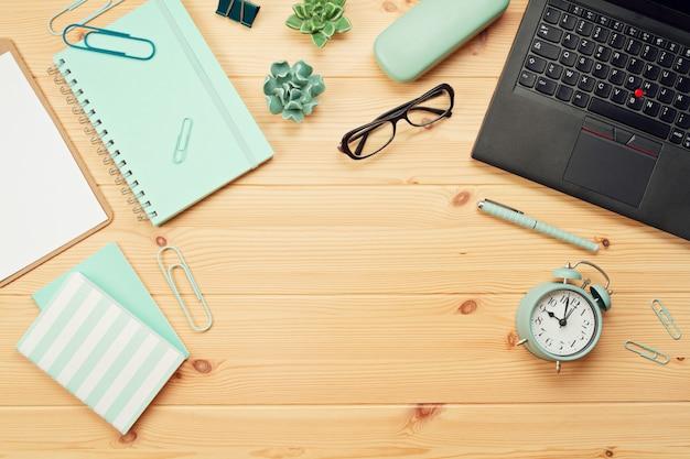 Bovenaanzicht over werkplek met laptop en kantoorbenodigdheden