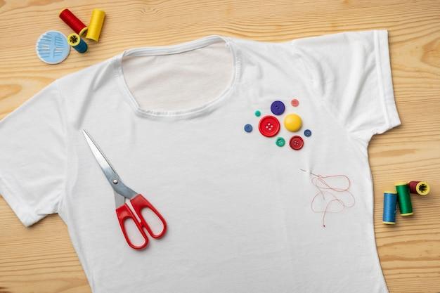 Bovenaanzicht overhemd en kleurrijke knopen
