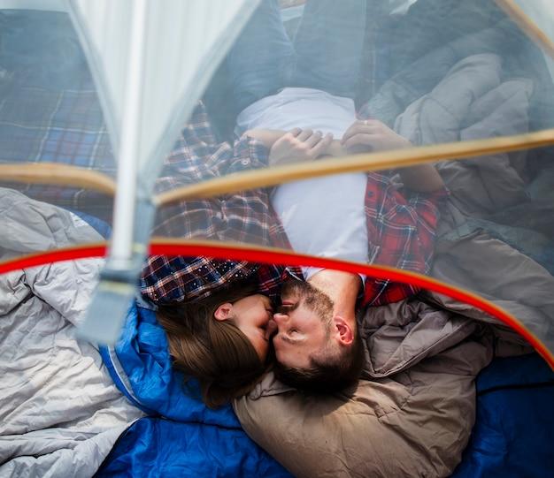 Bovenaanzicht paar knuffelen in tent