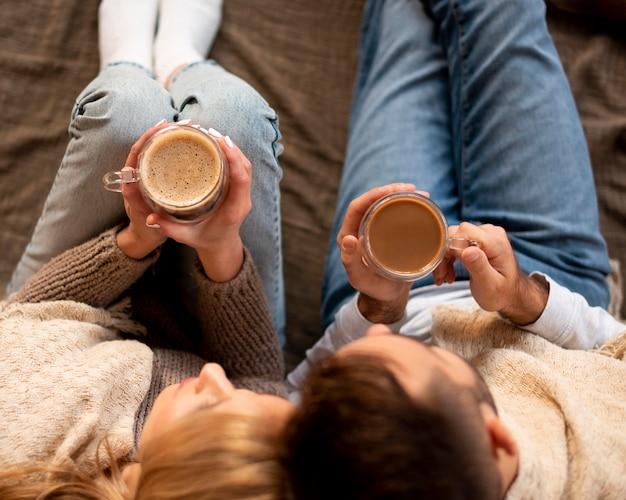 Bovenaanzicht paar met warme dranken