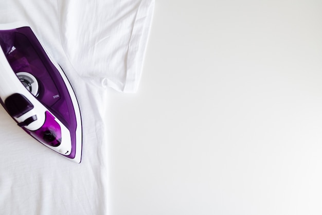 Bovenaanzicht paars ijzer met witte achtergrond