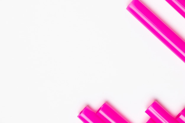 Bovenaanzicht paarse plastic rietjes