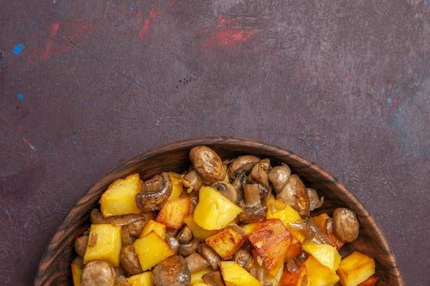 Bovenaanzicht paddenstoelen met aardappelen onderin is er een half bakje aardappelen