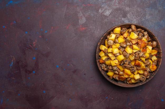 Bovenaanzicht paddestoelen met aardappelen rechts in de kom zijn er gebakken aardappelen met champignons