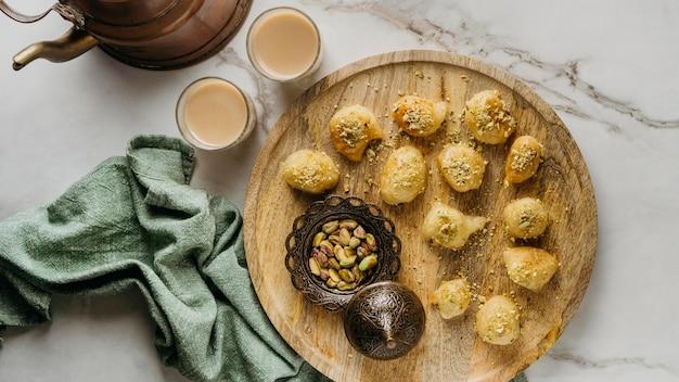 Bovenaanzicht pakistaans eten op een houten bord