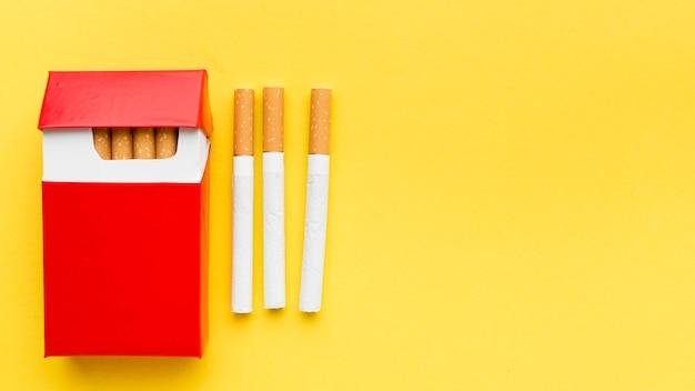Bovenaanzicht pakje sigaretten met kopie-ruimte