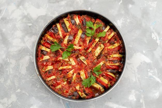 Bovenaanzicht pan met groenten gekookt en smakelijk op het heldere bureau plantaardige maaltijd eten koken diner
