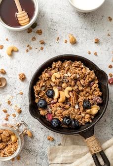 Bovenaanzicht pan met heerlijke granola