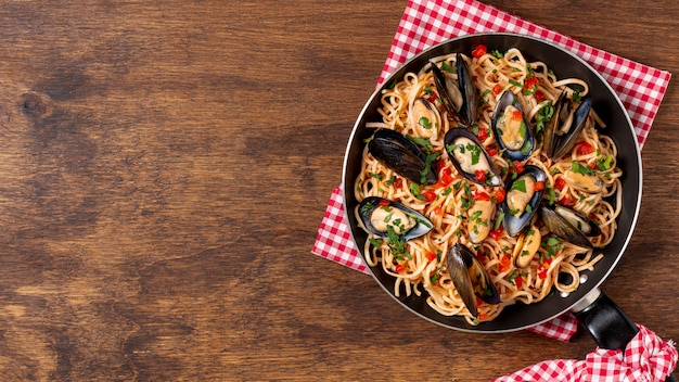 Bovenaanzicht pan met pasta en mosselen