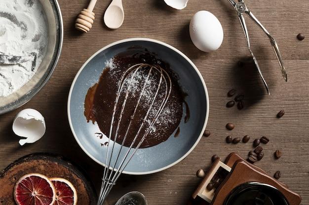 Bovenaanzicht pan met zelfgemaakte chocolade op de tafel