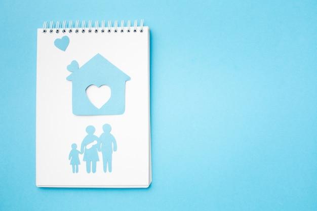 Bovenaanzicht papier gesneden familie en huis met kopie ruimte