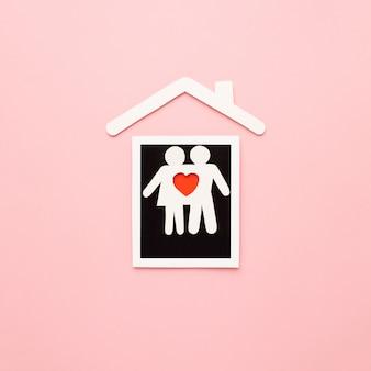 Bovenaanzicht papier gesneden familie met instant foto