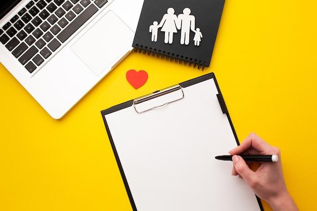 Bovenaanzicht papier gesneden familie met klembord