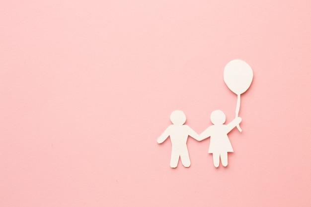 Bovenaanzicht papier gesneden kinderen en ballon met kopie ruimte