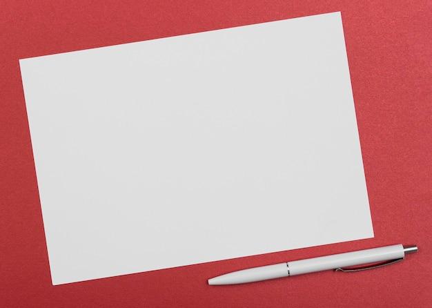Bovenaanzicht papier stuk met pen