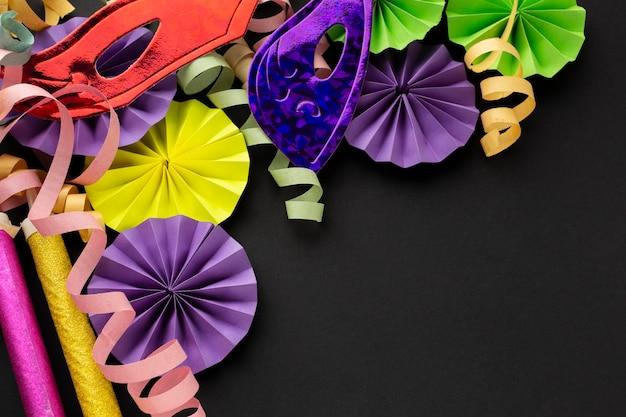 Bovenaanzicht papieren carnaval decoraties kopie ruimte