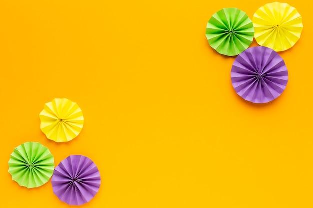Bovenaanzicht papieren decoraties op geel papier
