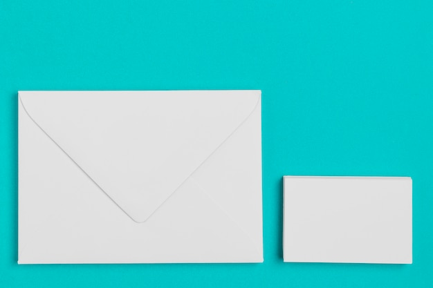 Bovenaanzicht papieren enveloppen op de tafel