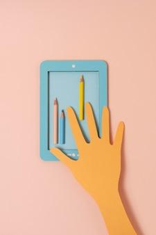 Bovenaanzicht papieren hand met kleurpotloden