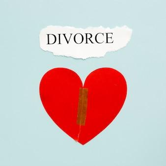 Bovenaanzicht papieren hart met echtscheiding
