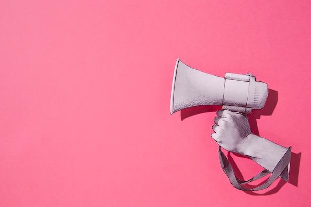 Bovenaanzicht papieren megafoon met roze achtergrond