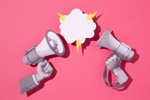 Bovenaanzicht papieren megafoons