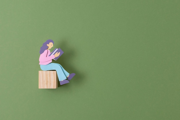 Bovenaanzicht papieren persoon op kubus
