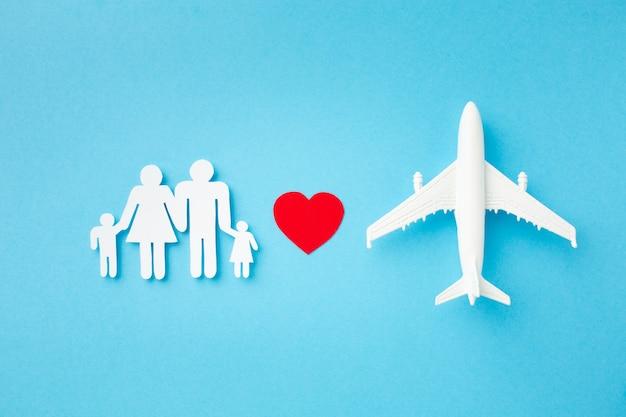 Bovenaanzicht papieren vliegtuig met familie figuur concept