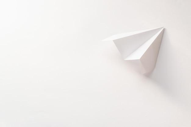 Bovenaanzicht papieren vliegtuigje met kopie ruimte