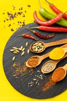 Bovenaanzicht paprika en kruiden arrangement