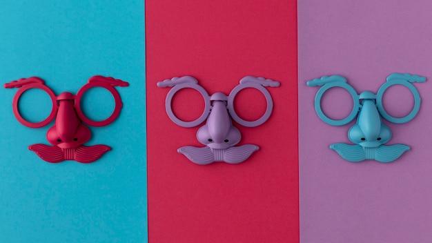 Bovenaanzicht parade gekleurd masker en accessoires