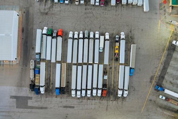 Bovenaanzicht parkeerplaats vrachtwagenstopplaats op rustgebied in de snelweg vrachtwagens staan in een rij
