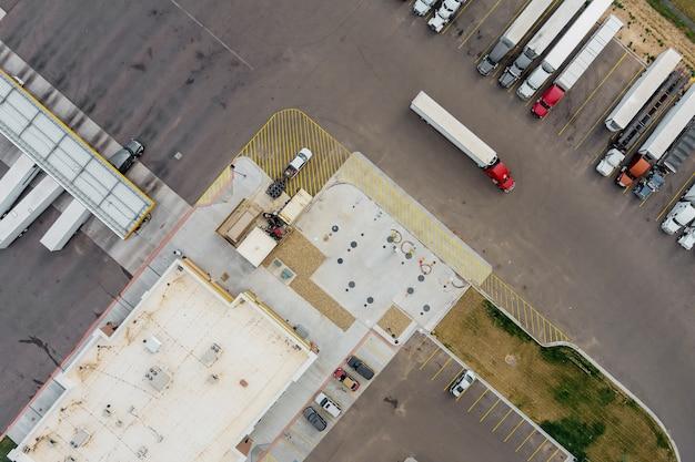 Bovenaanzicht parkeerplaats vrachtwagenstopplaats op rustplaats op de snelweg bij tankstation