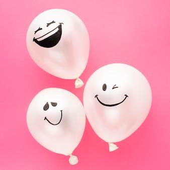 Bovenaanzicht partij arrangement met grappige ballonnen