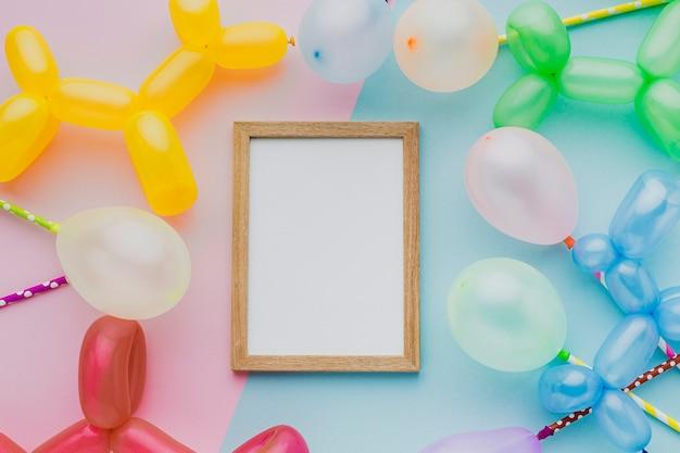 Bovenaanzicht partij houten frame met ballonnen