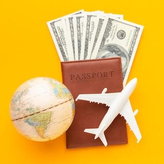 Bovenaanzicht paspoort en bankbiljetten