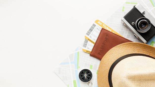 Bovenaanzicht paspoort, kaartjes en camera