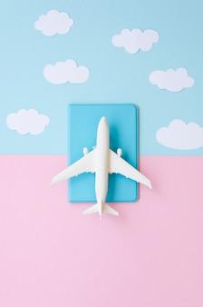 Bovenaanzicht paspoort met vliegtuig