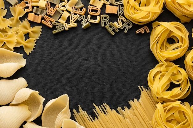 Bovenaanzicht pasta en alfabetletters