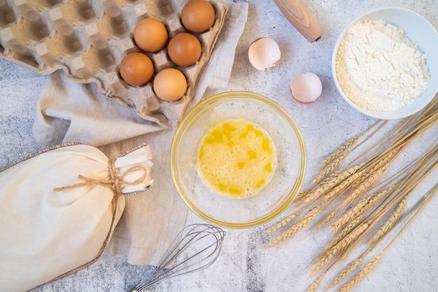 Bovenaanzicht pasta ingrediënten met keuken benodigdheden