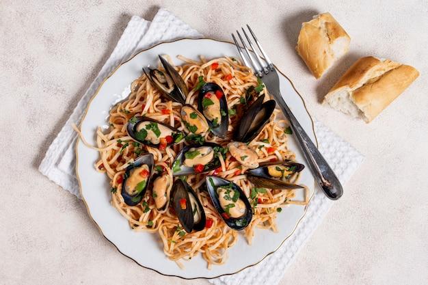 Bovenaanzicht pasta met mosselen op een bord