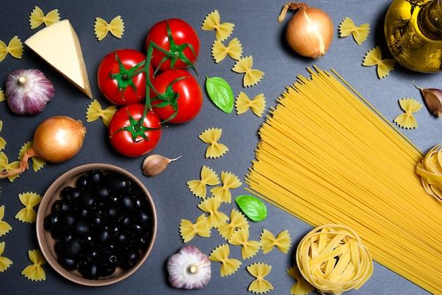 Bovenaanzicht: pasta of italiaanse spaghetti op leisteen van zwarte steen